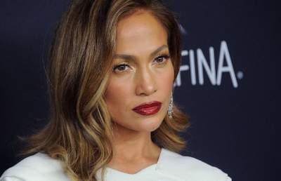 49-летняя Дженнифер Лопес покрасовалась в костюме с перьями