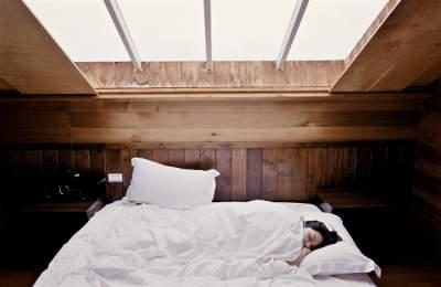 Медики рассказали, почему вредно спать соткрытыми глазами
