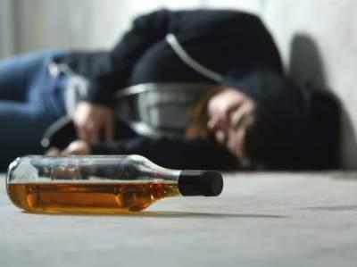 Врачи объяснили, что категорически нельзя делать при отравлении алкоголем