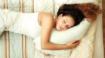 Медики объяснили, на каком боку лучше спать