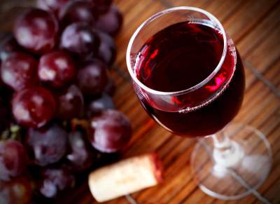 Врачи подсказали, какой алкогольный напиток может защитить от инфаркта
