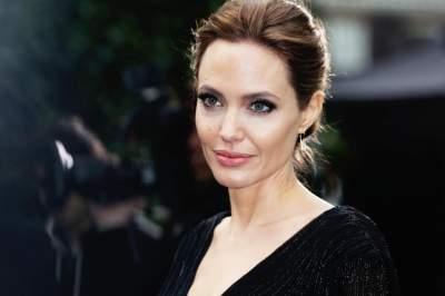Анджелина Джоли в элегантном пальто прогулялась с детьми