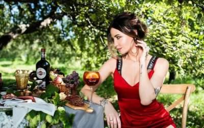 Надя Дорофеева показала фигуру в коротких шортиках