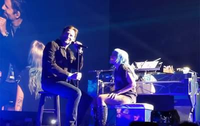 Леди Гага спела в обнимку со знаменитым актером