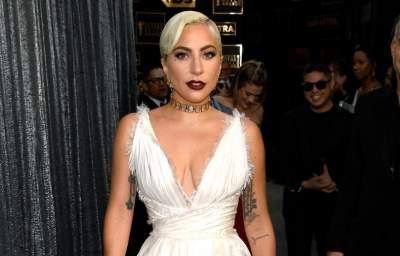 Леди Гага в белом платье от Dior похвасталась стройными ногами