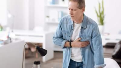 Кардиологи назвали ранние симптомы проблем с сердцем