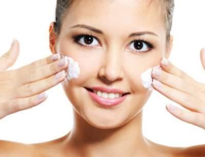 Косметолог подсказала, как правильно наносить крем на лицо