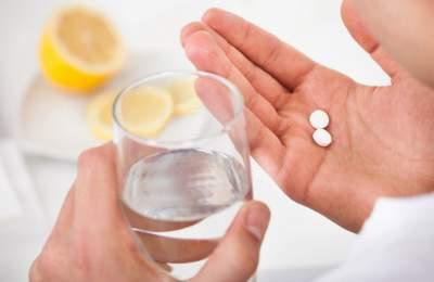 Медики рассказали, почему лекарства нельзя мешать салкоголем