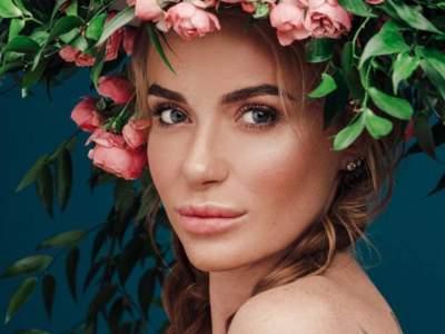 Украинская певица подчеркнула фигуру цветочным платьем