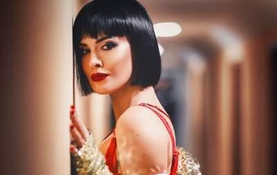 Даша Астафьева подчеркнула фигуру бархатным платьем