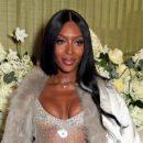 Наоми Кэмпбелл похвасталась фигурой в откровенном платье-сетке