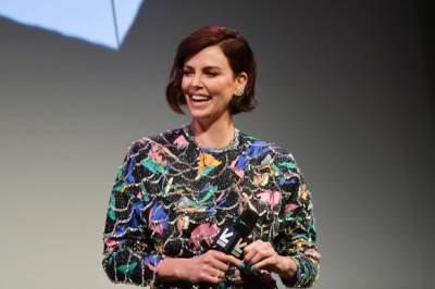Актрису Шарлиз Терон сфотографировали в ярком мини-платье