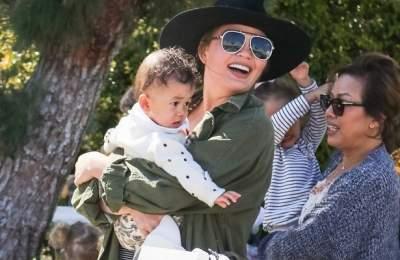 Папарацци засняли Крисси Тейген на прогулке с детьми