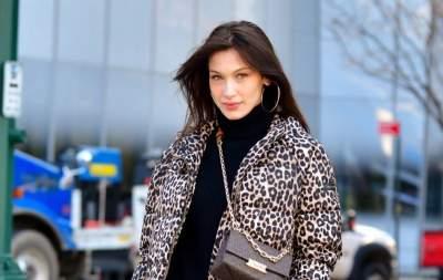 Белла Хадид в леопардовом пуховике и потертых джинсах прогулялась Нью-Йорком