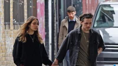 Папарацци засняли Бруклина Бекхэма с девушкой в Нью-Йорке