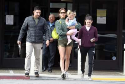 Ирина Шейк прогулялась с дочерью на руках