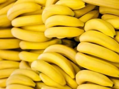 Медики объяснили, кому лучше не есть бананы