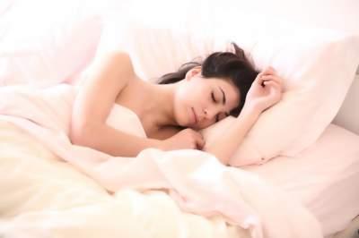 Медики рассказали, как спать, чтобы становиться стройнее