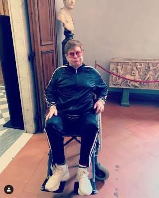 Элтон Джон оказался прикован к инвалидной коляске