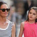 Одно лицо: Кэти Холмс показала подросшую дочь