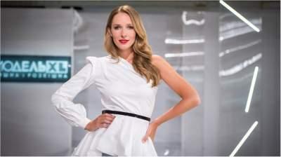 Катя Осадчая показала стройную фигуру в белом костюме