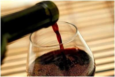 Врачи рассказали, какую болезнь предотвращает бокал вина в день