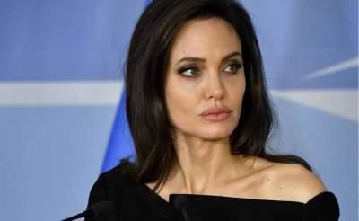 Анджелину Джоли сфотографировали на прогулке с дочерью