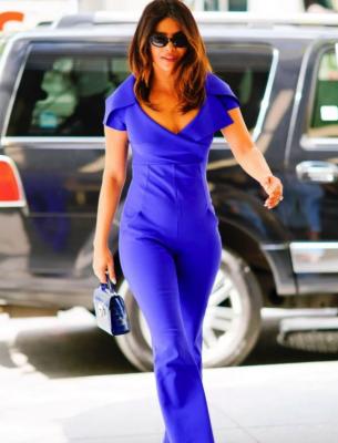 Приянка Чопра примерила стильный синий комбинезон